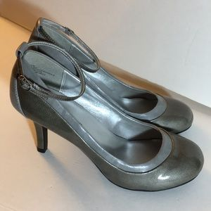Miss Bisou duo-tone Gray anklet buckle pump - NWT